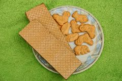Сухие печенья и waffles на белой плите Стоковая Фотография RF