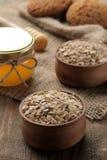 Сухие печенья овсяной каши, меда и овсяной каши Питание еда здоровая На коричневом деревянном столе стоковое фото rf