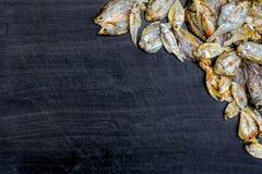 Сухие рыбы от солнца на черном деревянном поле Стоковое Изображение