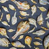 Сухие рыбы с солнечным на черном деревянном поле Стоковая Фотография RF