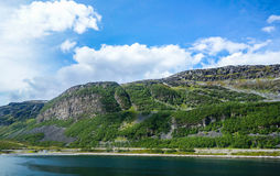 Сухие условия дороги в Норвегии с горами стоковые фотографии rf