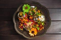 Сухие цветки, красочные высушенные органические цветки в стеклянной бутылке на винтажном латунном подносе Стоковые Фото