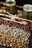 Сухие чонсервные банкы корма для домашних животных и металла с кормом для домашних животных Стоковое Фото