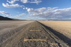 Сухое озеро и покинутая железная дорога около Zzyzx Калифорнии стоковые изображения