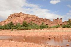 Сухое река Draa на Aït Benhaddou Kasbah в Ouarzazate в высоких горах атласа, Марокко стоковое изображение