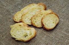 Сухой белый хлеб на таблице стоковые фотографии rf