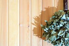 Сухой веник березы для русской смертной казни через повешение ванны на деревянной стене Стоковое Изображение RF