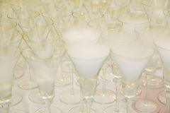 Сухой лед на стеклах для приема по случаю бракосочетания Стоковые Фото