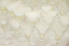 Сухой лед на стеклах для приема по случаю бракосочетания Стоковые Фотографии RF