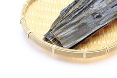 Сухой келп на бамбуковом дуршлаге стоковая фотография rf