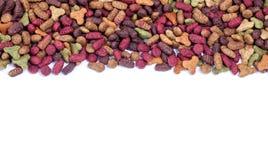 Сухой пестротканый корм для домашних животных на белой предпосылке Стоковое фото RF