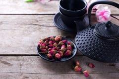 Сухой розовый чай в шаре и традиционный азиатский комплект чая на постаретый сватают Стоковые Фотографии RF
