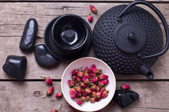 Сухой розовый чай в шаре и традиционный азиатский комплект чая на постаретый сватают Стоковое Фото
