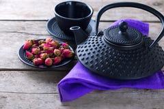 Сухой розовый чай в шаре и традиционный азиатский комплект чая на постаретый сватают Стоковая Фотография RF