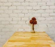 Сухой цветок на дизайне интерьера деревянной таблицы чистом Стоковые Фотографии RF