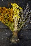 Сухой цветок трав в вазе Ароматерапия целебно стоковая фотография