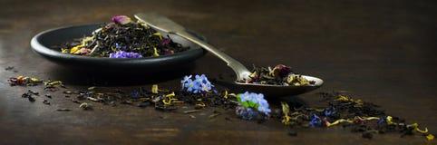 Сухой чай в ложке и плите Стоковые Изображения RF