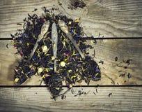 Сухой чай в ложке на деревянной предпосылке Стоковые Фото