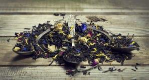 Сухой чай в ложке на деревянной предпосылке Стоковые Фотографии RF