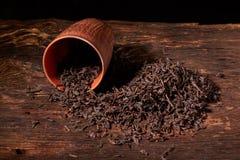 Сухой чай в чашке глины на деревянном столе Селективный фокус, конец вверх стоковая фотография rf