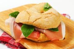 Сух-вылеченный сэндвич с ветчиной стоковые фото