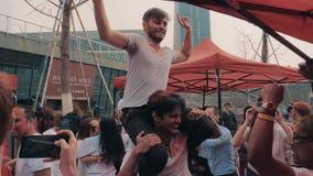 Сучжоу, Китай - 30-ое марта 2019: Молодые люди празднуя цвета фестиваля holi видеоматериал