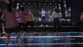 Сучжоу, Китай - 6-ое ноября 2018: Женщины различных возрастов с тренером изучая элементы танца zumba в танцуя классе сток-видео