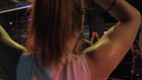 Сучжоу, Китай - 6-ое ноября 2018: Урок zumba Резвясь милая азиатская девушка держа класс мастера танца для группы в составе видеоматериал