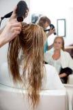 Суша волосы с сушильщиком дуновения Стоковые Фото
