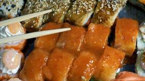 Суши в пластичной коробке сток-видео