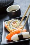 Суши в черное керамическом съеденные с палочками Стоковое фото RF