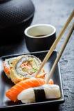 Суши в черное керамическом съеденные с палочками Стоковая Фотография