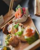 Суши и японская кухня на таблице стоковые изображения