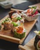 Суши и японская кухня на таблице стоковая фотография rf