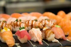 Суши, который служат на foodi японца плиты Стоковые Изображения RF