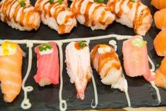 Суши, который служат на foodi японца плиты Стоковые Фотографии RF
