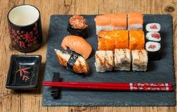Суши, который служат на черноте керамической Стоковое Изображение