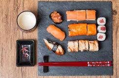 Суши, который служат на черноте керамической Стоковое Изображение RF