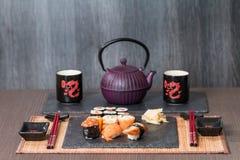 Суши, который служат на черноте керамической Стоковое Фото