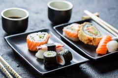Суши, который служат с соевым соусом для 2 Стоковое Изображение