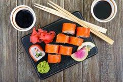 Суши крена Филадельфии с семгами, креветкой, авокадоом, плавленый сыр служили на деревянной предпосылке Стоковая Фотография