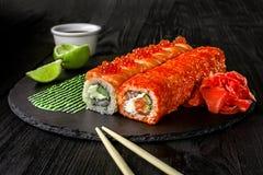 Суши крена Филадельфии с семгами, огурцом, плавленым сыром Меню суш Японская еда Стоковое Изображение