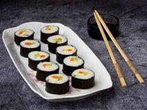 Суши на белой плите, серой предпосылке азиатские овощи зажаренного риса еды традиционные еда диетпитания здоровая Селективный фок стоковые фото