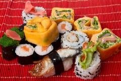 Суши на красной bamboo салфетке Стоковое Фото