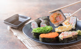Суши на палочках, традиционная японская еда стоковые изображения rf