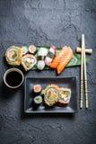 Суши на черном керамическом блюде Стоковая Фотография RF