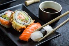 Суши при соевый соус съеденный с палочками Стоковое Изображение