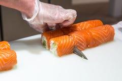 Суши сервировки на белой плите Стоковое Изображение RF