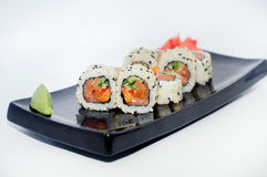 Суши с имбирем и wasabi на черной плите Стоковое Изображение