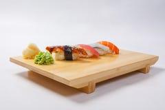 Суши с семгами на деревянном подносе Стоковые Фотографии RF